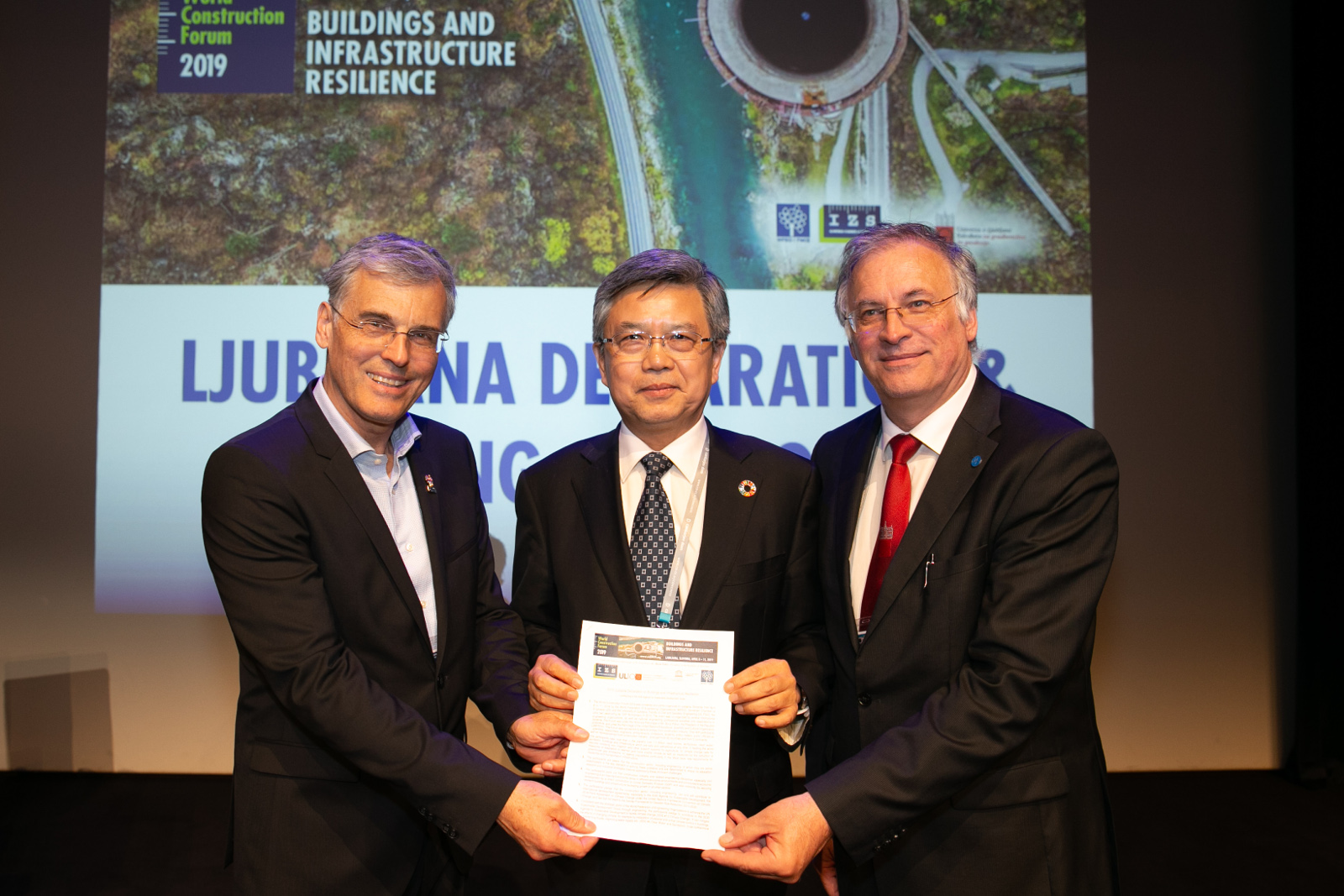 Mag. Črtomir Remec, president of the Slovenian Chamber of Engineers, WFEO President-Elect Prof. Gong Ke and Prof. Matjaž Mikoš, Dean of the Faculty of Civil and Geodetic Engineering of University of Ljubljana, showing the 2019 Ljubljana declaration